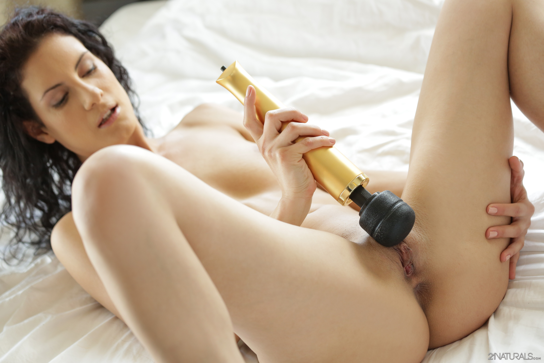 Она так сексуальная брюнетка мастурбирует этот