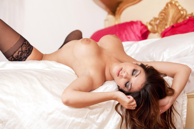 milaya-devushka-v-posteli-porno-foto