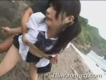 [短片]女高中生在沙灘玩水被人強姦