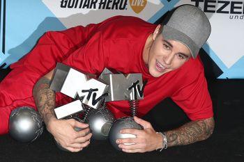 24380833_Justin_Bieber_attends_the_MTV_E