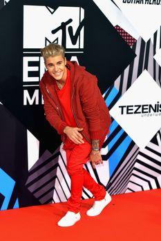 24380842_Justin_Bieber_attends_the_MTV_E