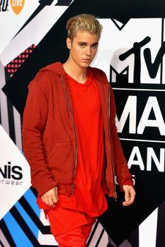 24380850_Justin_Bieber_attends_the_MTV_E